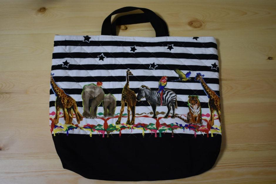 動物がたくさんのっているレッスンバッグ