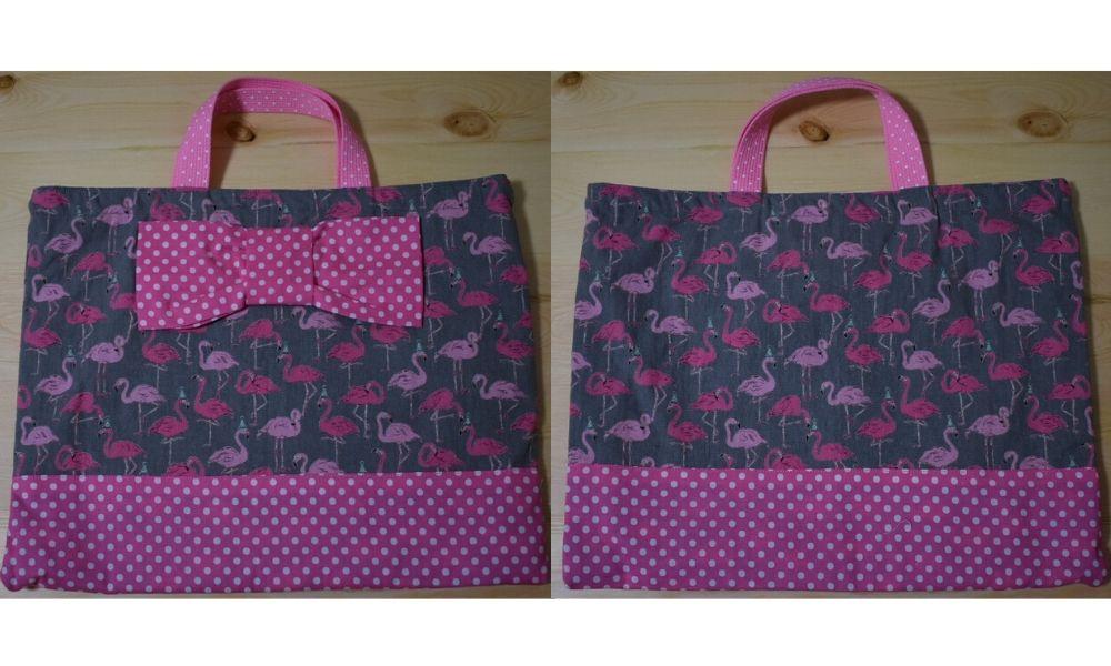 フラミンゴ柄のリボンの付いたバッグの裏表