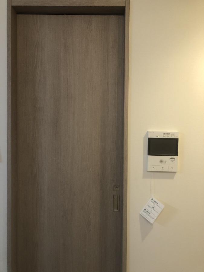浴室のオークでできた扉