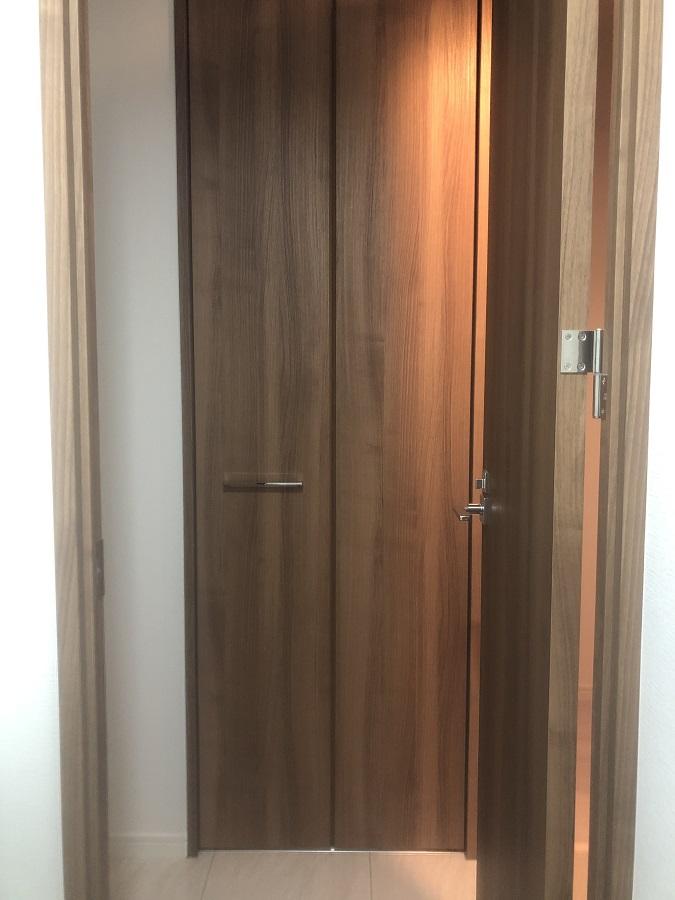 チェリー材でできた納戸のドア