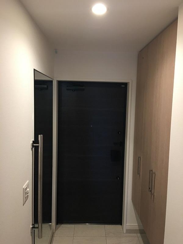 向かって左に鏡、右にシュークローゼットがある玄関