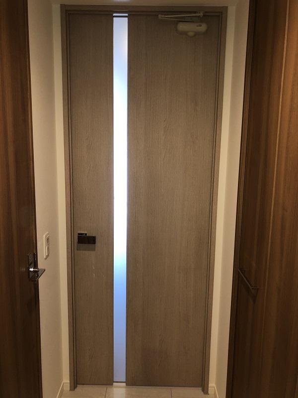 オーク材でできたリビングのドア