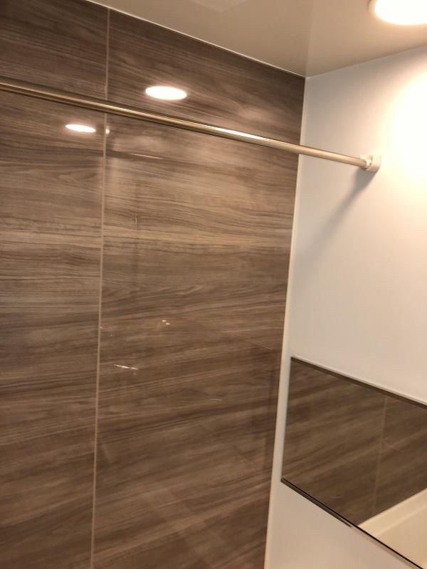 お風呂場の浴室パネルと洗濯バー