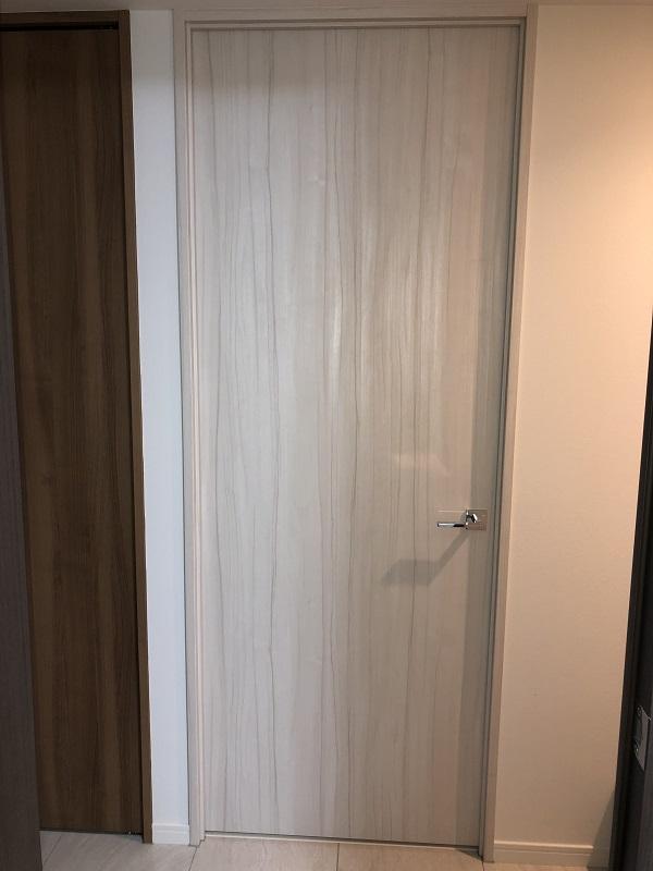 ダオ柄の白い扉
