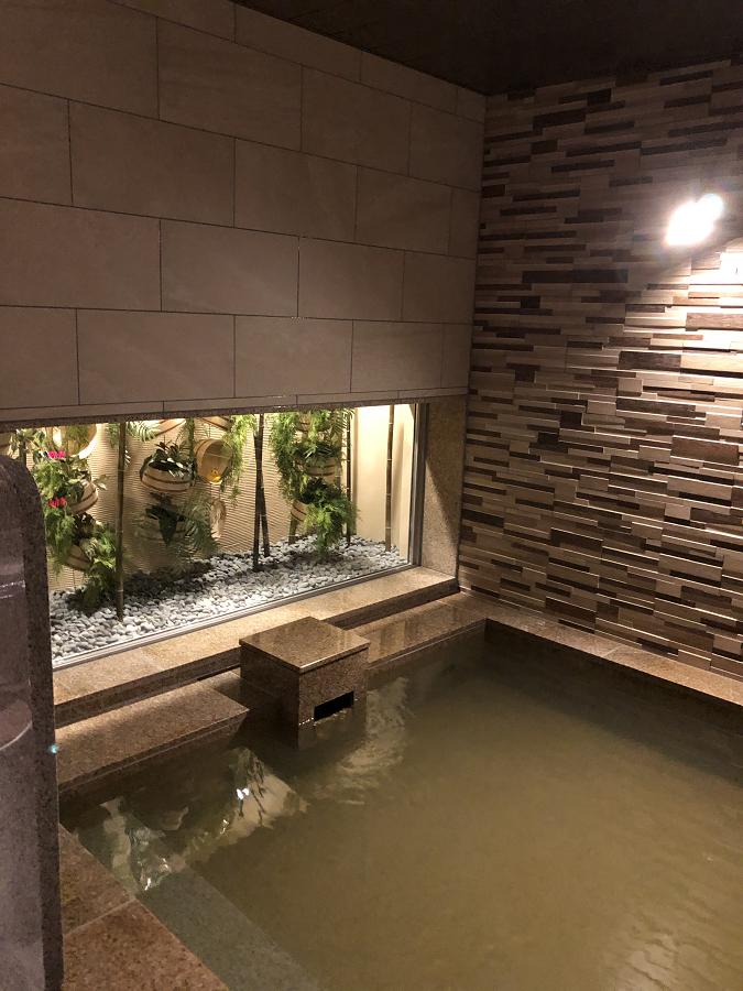 スーパーホテル別府駅前の前大浴場の風呂と庭