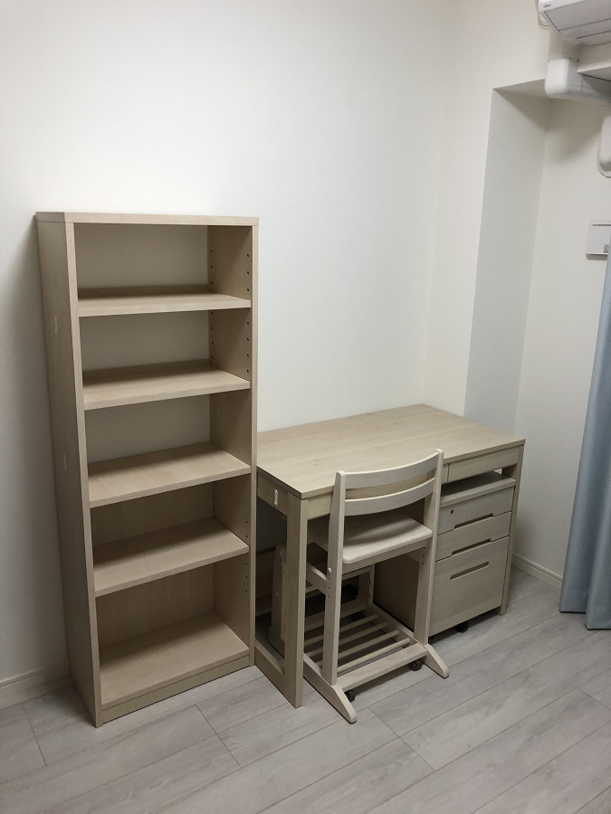 子供部屋のホワイトの学習机と本棚