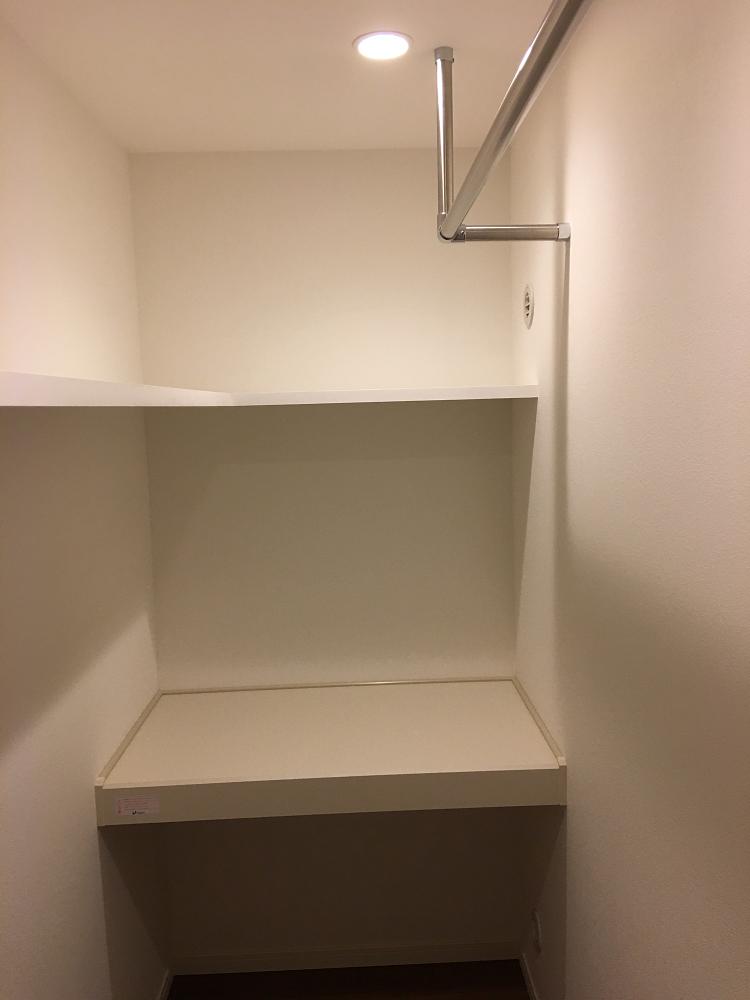 納戸の中段、L字棚枕、パイプハンガーの写真
